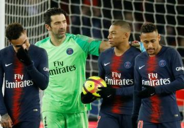 Watch: PSG lose injured Neymar in French Cup win as clubs salute missing Sala