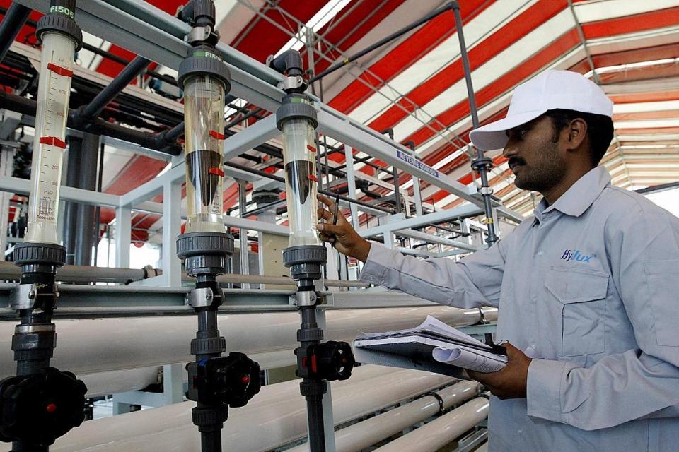 Un trabajador comprueba el medidor de agua en una planta desalinizadora en Singapur.  Foto: AFP