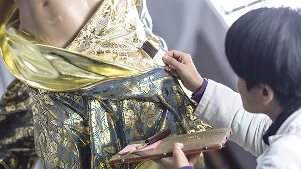 During the water gilding intervention on the loin cloth to repair abrasions and other lacunae.