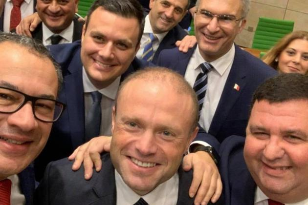 Labour MPs take selfie as parliament adjourns for Christmas