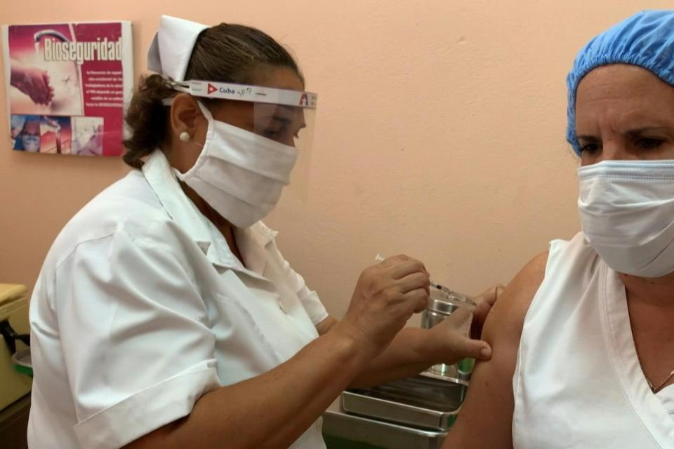 A healthcare worker in Cuba receives the Soberana 2 vaccine against COVID-19. Photo: AFP