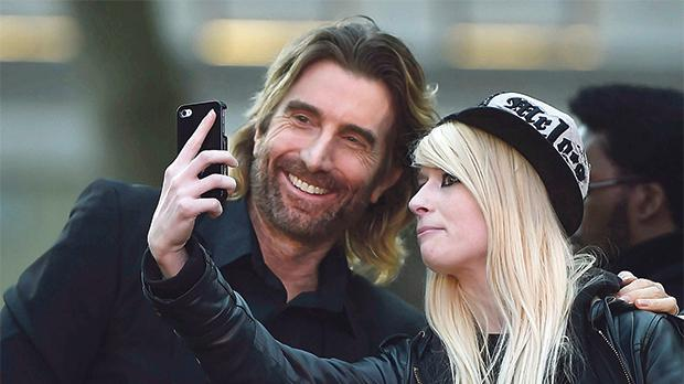 Sharlto Copley posing for a photograph with a fan as he arrives for the gala screening of the Free Fire, during the 60th British Film Institute (BFI) London Film Festival at Leicester Square in London, the UK. Photos: Hannah McKay/Reuters