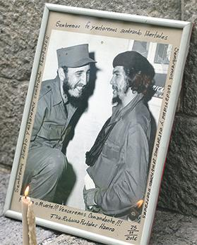 A portrait of Fidel Castro and Ernesto 'Che' Guevara outside the embassy of Cuba in Buenos Aires, Argentina. Photo: Enrique Marcarian/Reuters