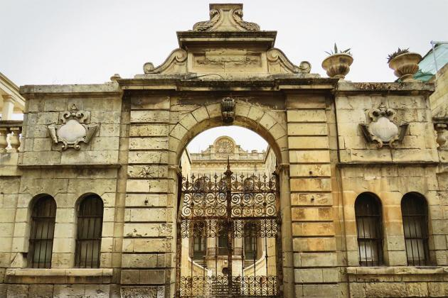 In 1887, Baron Maximilian von Tucher commissioned Maltese architect Francesco Zammit to build the palatial villa. It was furnished with Bavarian-style furniture and housed a rare collection of Albrecht Dürer engravings.