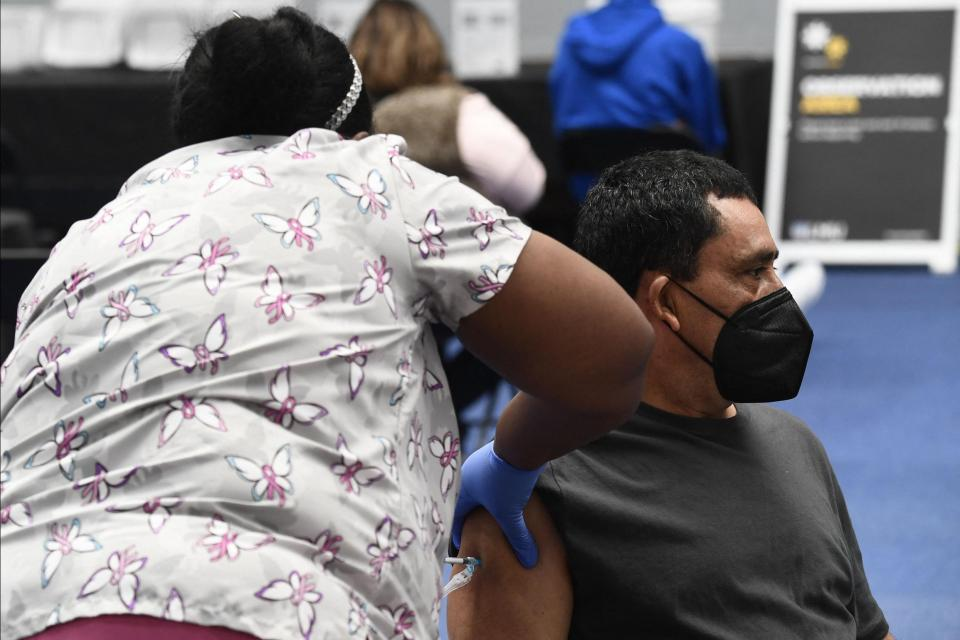Una enfermera administra una dosis de la vacuna Moderna COVID-19 en una clínica para trabajadores de la educación escolar católica, incluidos maestros y personal de escuelas primarias en un sitio de vacunación en la Universidad Loyola Marymount (LMU) el 8 de marzo de 2021 en Los Ángeles, California.  Foto: Patrick T. Fallon / AFP