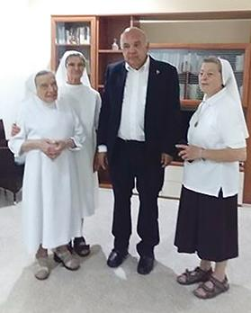 The author with three Maltese nuns: there has always been a convent of Maltese nuns in Solarino.