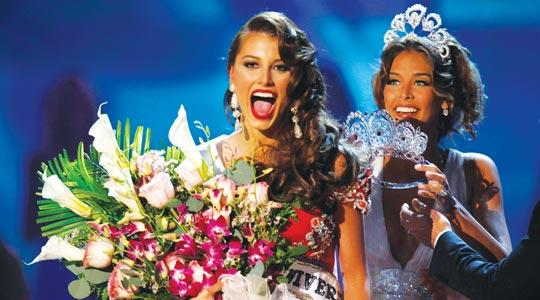 Miss Venezuela Stefania Fernandez is named Miss Universe 2009 while 2008 Miss Universe Dayana Mendoza of Venezuela prepares to place the crown on her head.