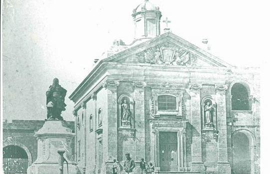 A pre-war picture of the Chapel of St Anthony on Manoel Island. The statue of Grand Master de Vilhena, now in Floriana, can be seen in front of it.