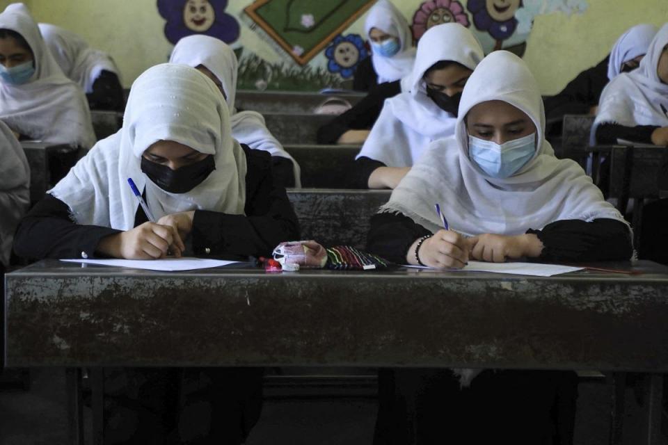 Las colegialas asisten a clases en Herat el 17 de agosto de 2021, luego de la impresionante toma del país por los talibanes.  Foto: AFP