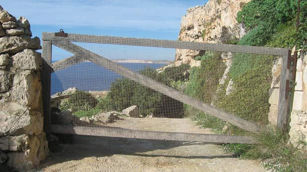 Pathway leading to the ancient caves at Il-Qlejgħa tal-Baħrija.