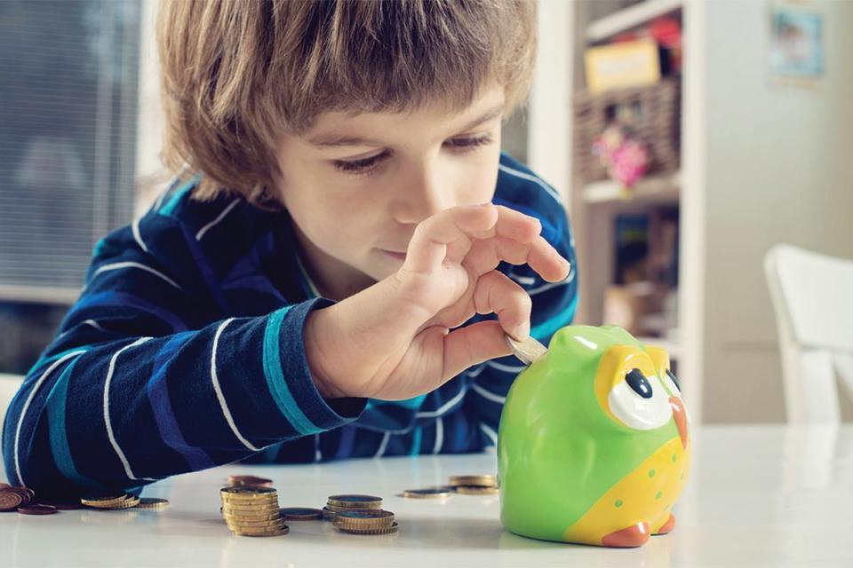 Teaching children the importance of saving money. Photo:Shutterstock.com