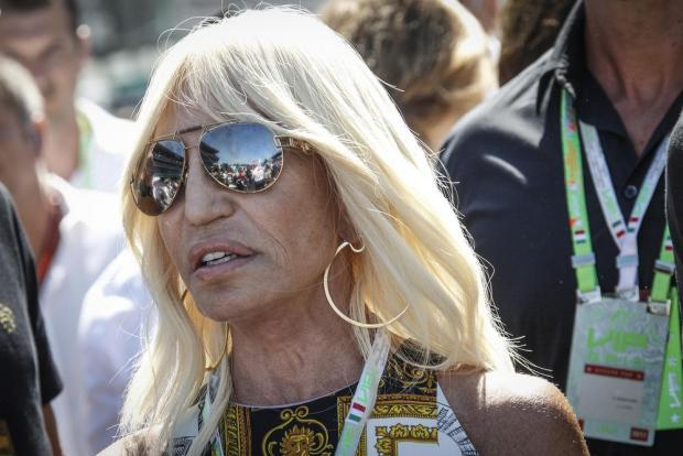 Versace family disowns 39 fiction 39 of us tv series on for Donatella versace beach