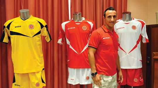 Striker Michael Mifsud shows the new Malta kits, made by givova.