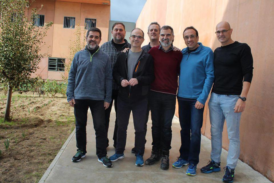 La foto muestra a los nueve líderes separatistas encarcelados.  Foto: Folleto / Omnium Cultural / AFP