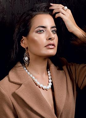 South sea pearl necklace and rose gold ring and earrings with brown diamonds. Coat beige: Cortefiel