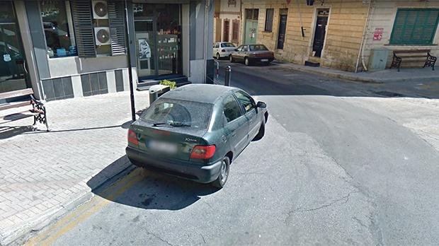 Parked on a double yellow line in Pjazza Meme Scicluna in Gżira.