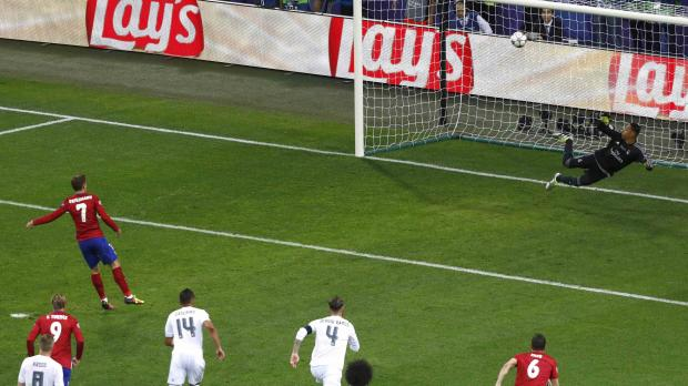 Antoine Griezmann's penalty hit the crossbar. Photo: Reuters