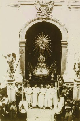 The Bambina being taken out of the basilica early in the 20th century. It is seen mounted on a wooden platform made in 1892 and a silver plinth made in 1903.
