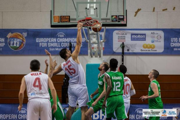 Sam Deguara slam dunks the ball against Ireland in Serravalle.