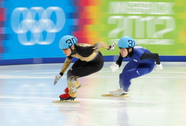 Keita Sato (left) skates ahead of South Korea's Lim Hyo-Jun.