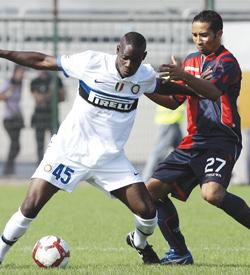 Mario Balotelli (left) pushes Cagliari's Jeda during Sunday's Serie A match.