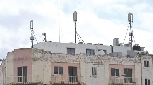 The battle against mobile phone antennae stepped up a notch as a foreign microwave expert highlighted their health hazards, yesterday.