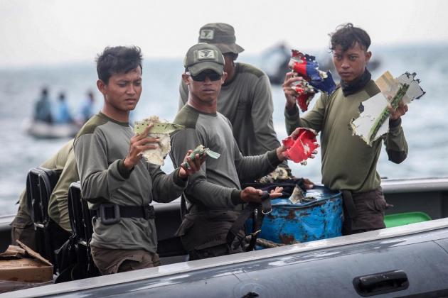 Indonesian divers hunt for crashed plane's black boxes