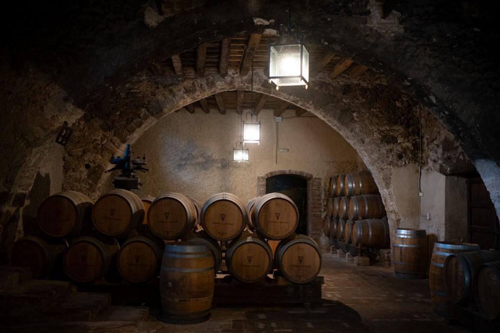 Las barricas de vino se almacenan en una bodega de la factoría de vino Torre del Wager en Sant Pere de Rips.