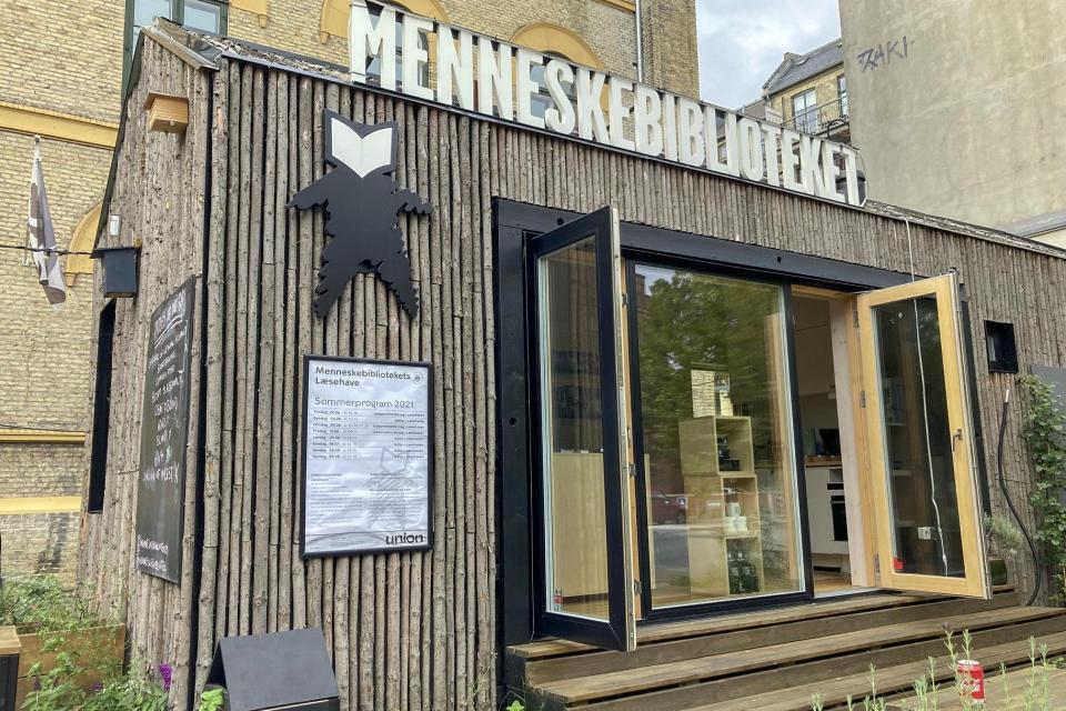 El depósito de la Biblioteca Humana en la calle Noerre Alle en Copenhague.  En la 'Biblioteca humana', puede 'prestar' a una persona para que escuche la historia de su vida y diferentes experiencias en un proyecto para fomentar la comprensión y desafiar los prejuicios.  Fotos: Camille Bas-Wohlert / AFP