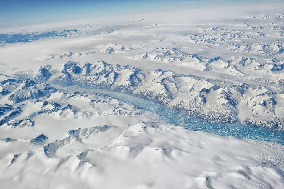 El aire caliente alimentado por un evento de lluvia extrema arrojó siete mil millones de toneladas de agua sobre la capa de hielo en Groenlandia.  Foto: Shutterstock