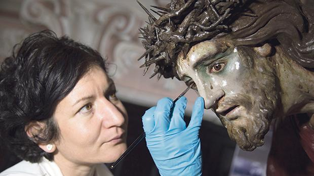 Conservator Maria Grazia Zenzani during the pictorial integration of the skin tone of the face of the Redeemer.