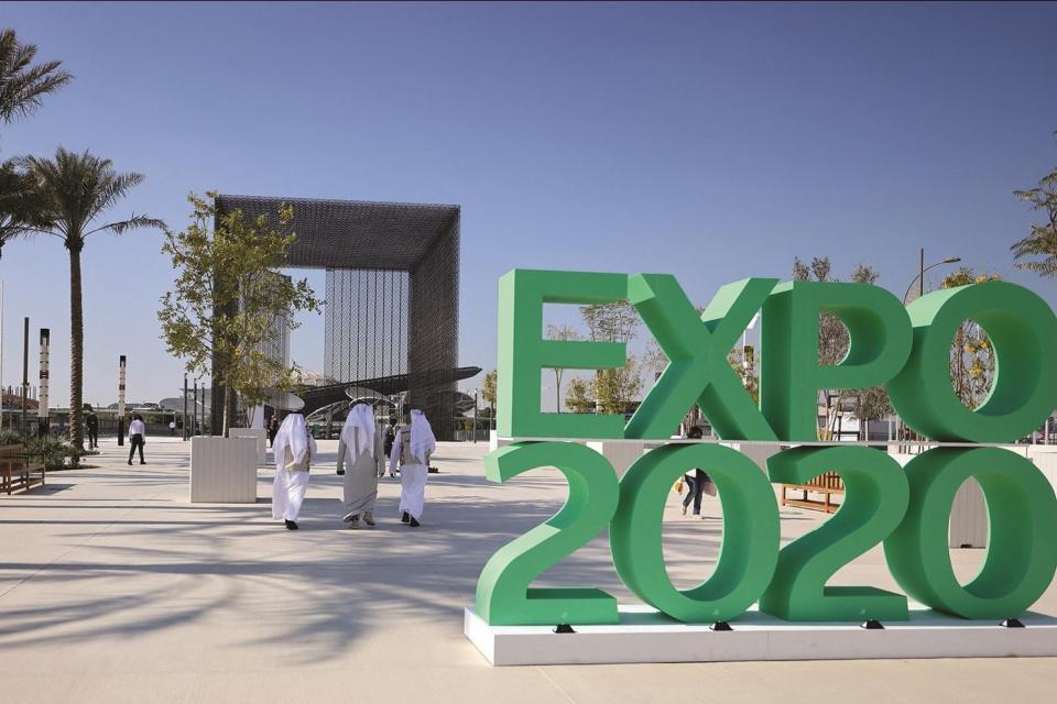 La gente pasa junto al cartel oficial que marca la Expo de Dubái 2020. Foto: Karim Sahib / AFP