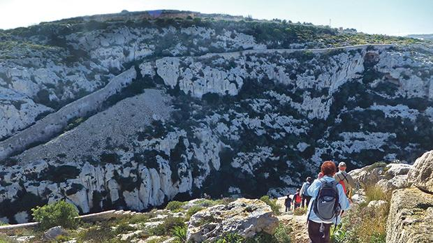 Between Għargħur and Madliena the Lines hit the bottom, and then rise to the 'Top of the world'.