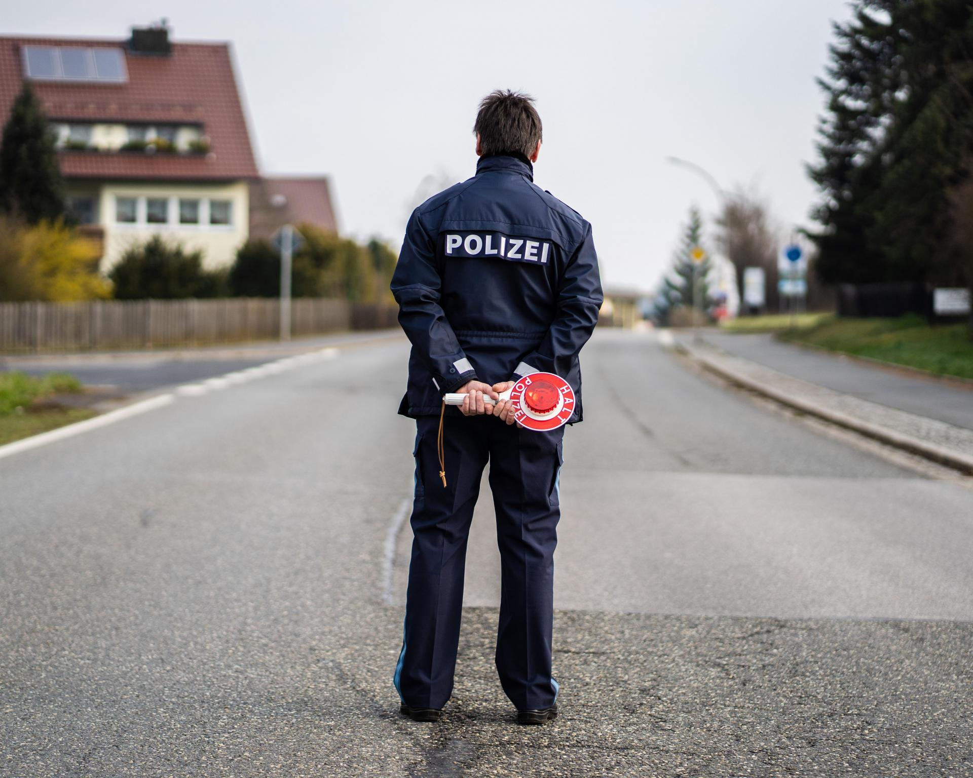 A policeman controls the entrance and exit of Mitterteich. The District Office in Tirschenreuth issued a curfew on Wednesday evening. Photo: AFP