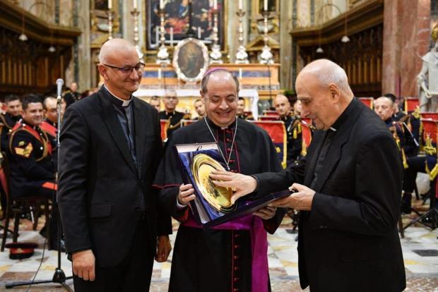 Auxiliary Bishop Mgr Joseph Galea Curmi presents the award to Mgr Calleja (right).