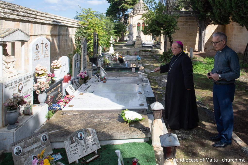 The Archbishop blesses Guze Ellul Mercer's grave. Photo: Archdiocese of Malta