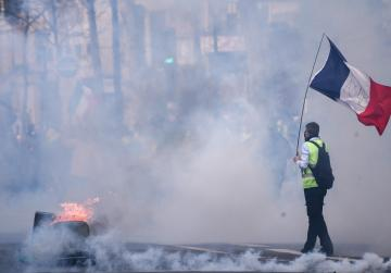 Clashes in France as police crack down on 'yellow vest' protests