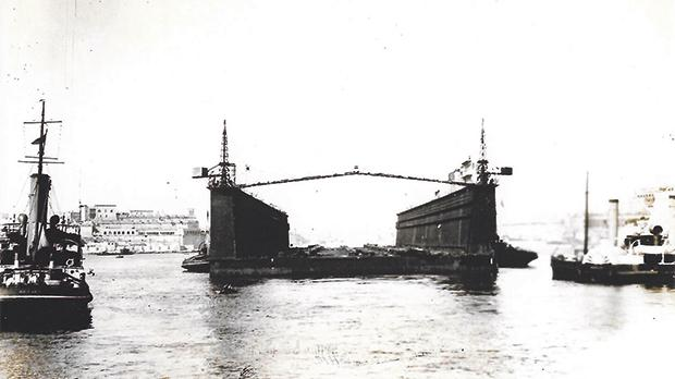Another view of the arrival of the German dock.