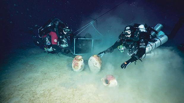 Divers on site with artefacts. Photo: D. Gration, University of Malta