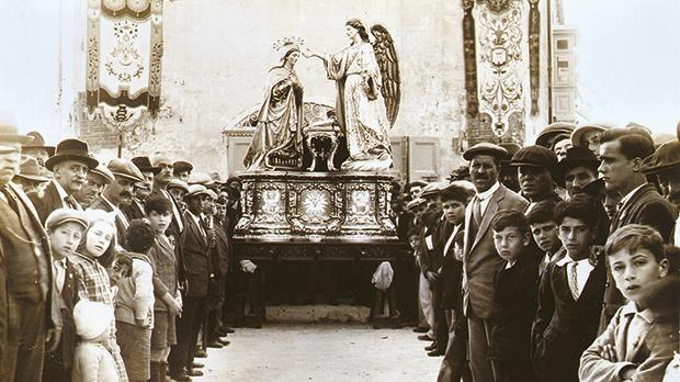 The titular statue of the Annunciation back in Balzan in 1930, after undergoing some alterations by artist Abram Gatt and executed by sculptor Manwel Buhagiar.