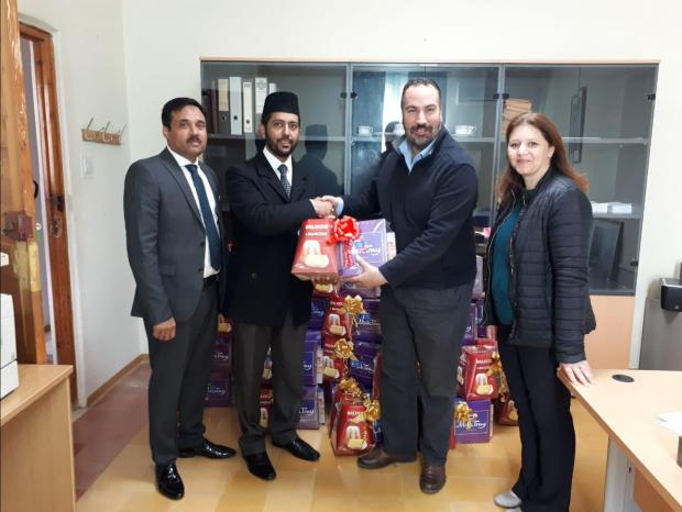 The Caritas team receives the hampers from the Muslim community