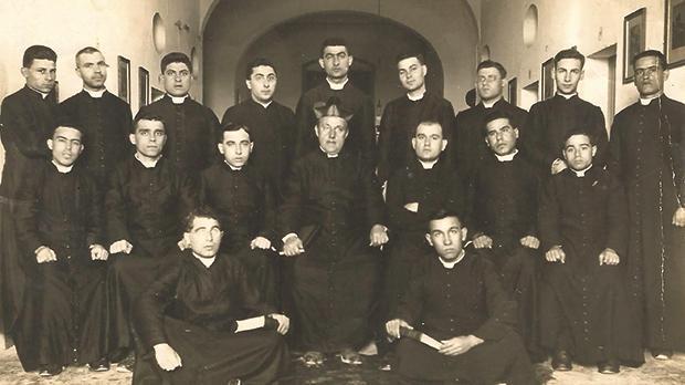 The last group of seminarians to whom Mgr Vella lectured Dogmatic Theology in 1925-1926. (Standing, from left): Nicholas Mifsud (Siġġiewi), Alfred Gatt (Nadur), Bernard Portelli (Għarb), Francis Xuereb (Paola), Joseph Cauchi (San Lawrenz), Emmanuel Brincat (Paola), Carl Vella (Qala), John Farrugia (Żejtun), George Grech (Għasri). (Seated, from left): Carmel Lia (Tarxien), Angelo Camilleri (Qala), George Grech (Victoria), Mgr Luigi Vella, Dominic Vassallo (Rabat), Francis Azzopardi (Qala), Lawrence Portelli (Xagħra). (Seated in front, from left): Joseph Sciortino (Sliema) and Espedito Tabone (Xagħra).