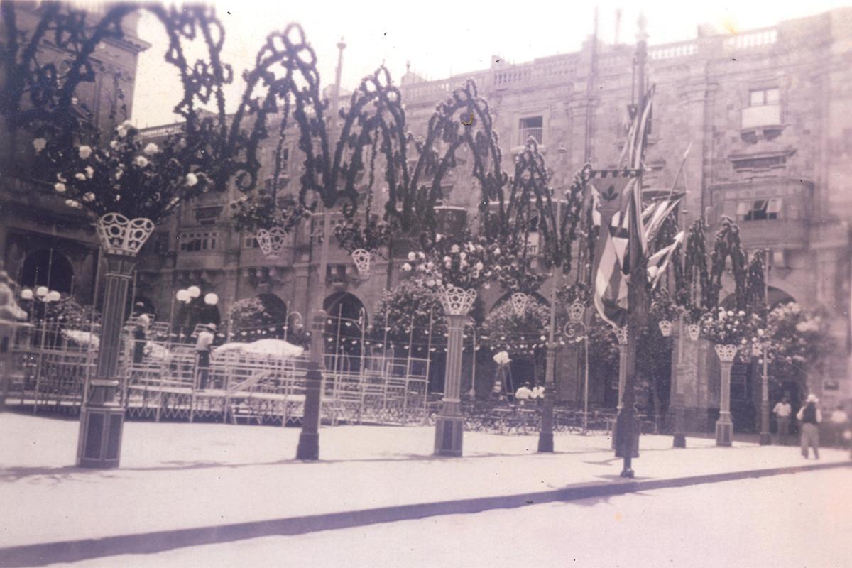 Pjazza Regina (Republic Square) adorned with paper decorations in 1915.