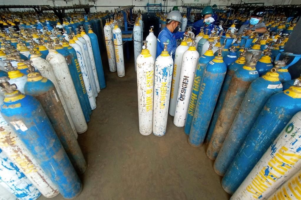 Cilindros de oxígeno preparados para distribución en Java central.  Foto: AFP