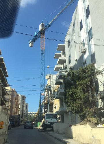 This tower crane in Msida was seen lifting bricks with cars driving underneath.