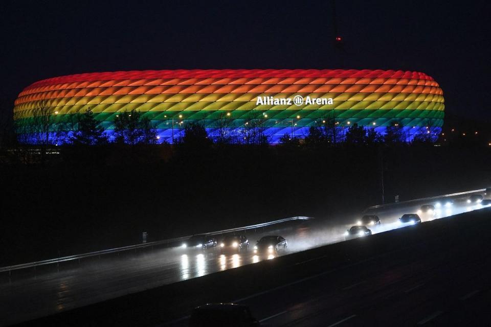 En esta foto de archivo tomada el 30 de enero de 2021, el tráfico pasa por el Allianz Arena iluminado con los colores del arco iris después del partido de fútbol de la Bundesliga de primera división alemana FC Bayern Munich v TSG 1899 Hoffenheim en Munich.