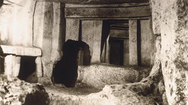 This photo of the Hypogeum was taken around the time that a rumour about missing children started making the rounds. The story was even recorded in National Geographic magazine in 1940 (bottom). Photo take in the mid-1930s by Geo Fürst