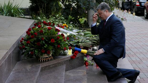 Ukraine's President Poroshenko mourns after leaving flowers to pay tribute to victims. Photo: Reuters