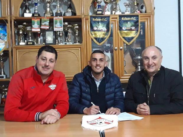 Steve Pisani (centre) signs his Balzan contract alondside club president Anton Tagliaferro (right) and technical director Vladimir Simovic.