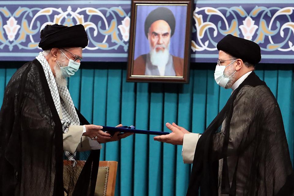 Una fotografía de la oficina del líder supremo de Irán, el ayatolá Ali Khamenei, lo muestra (izquierda) durante la ceremonia de inauguración del presidente Ebrahim Raisi (derecha).